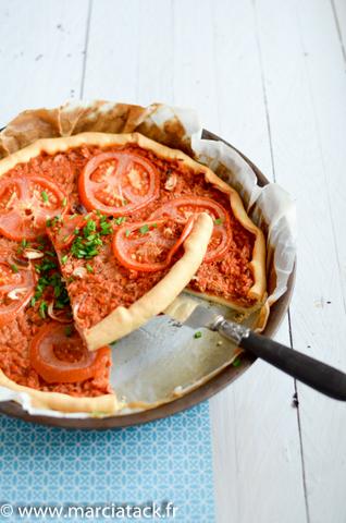 une part de tarte à la tomate et au thon
