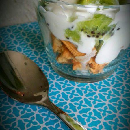 une verrine de yaourt, biscuit et kwis