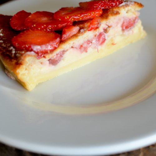 une part de gâteau magique aux fraises