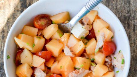 une assiette de melon, tomates poulet et apéricubes