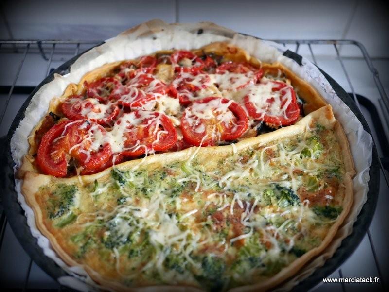 une tarte aux deux goûts : tomates d'un côté et brocolis de l'autre