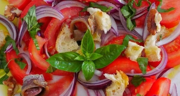 Recette de panzanella, la salade de tomate oignon et pain dur à l'italienne