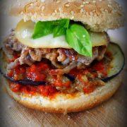 un burger italien avec du provolone, de la viande hachées et des aubergines