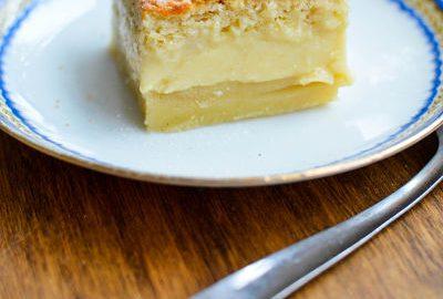 une part de gâteau magique où 'on voit les trois couches du gâteau : la base flan, la couche de creme et la part génoise