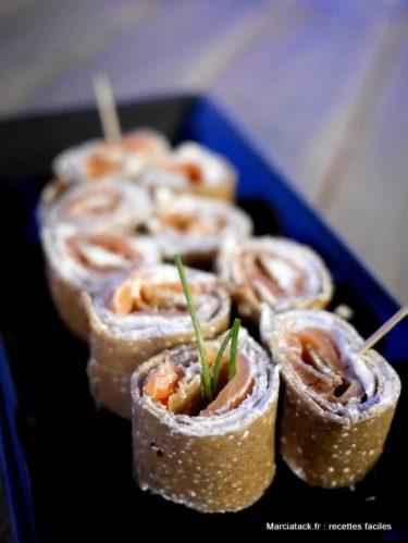 Petites crêpes au saumon à servir à l'apéro