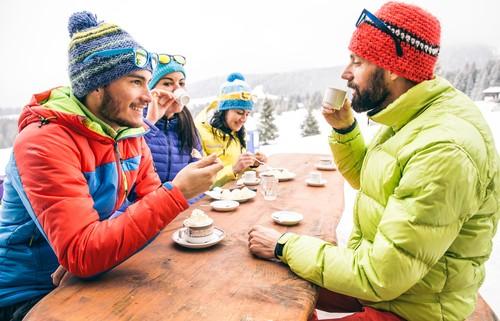 des skieurs en train de savourer leur café et leur menus de la semaine