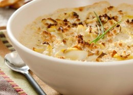 un plat contenant des coeurs d'artichaut cuisinés à la crème