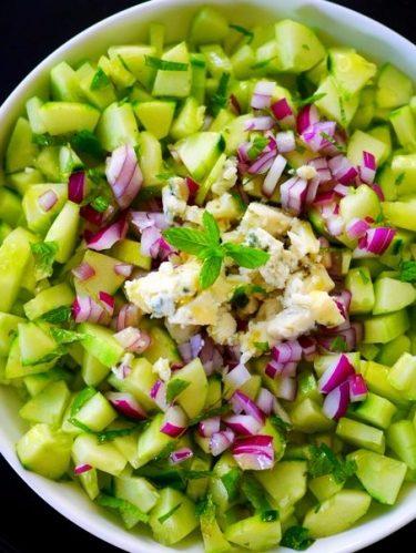 concombre oignon rouge et roquefort