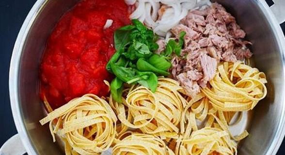 recette du one pot pasta (one pan pasta) tagliatelle, thon en boite et sauce tomate, super facile à faire