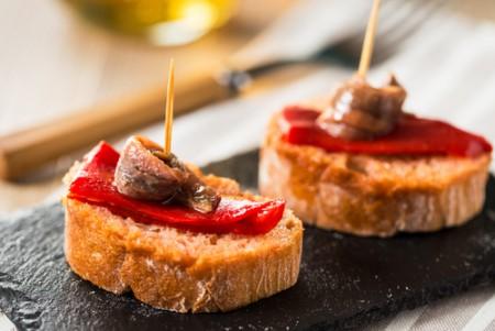 Pain grillé, poivron confit et anchois