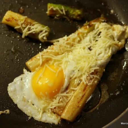 Recettes d'asperges à la poêle avec gruyère et oeuf au plat