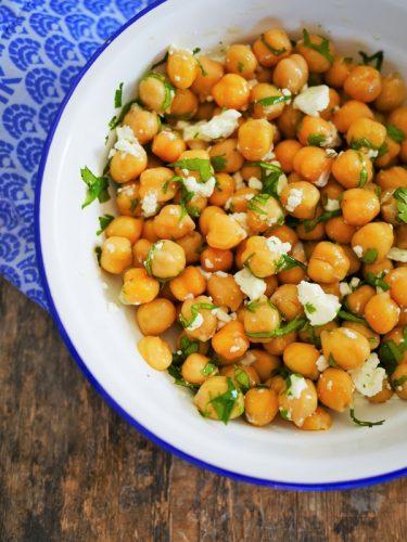 salade de pois chiches au fromage féta avec de la coriandre