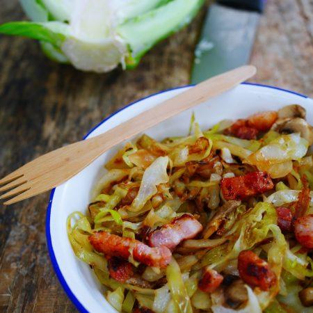 choux vert emincé, sauté avec champignons et lardons