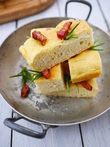 recette facile de la foccacia lardons et romarin avec une bonne huile d'olive