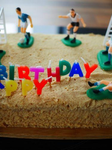 un gâteau d'anniversaire en forme de terrain de foot
