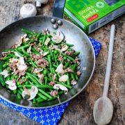 Une poêle rempli d'haricots champignons et viande hachée