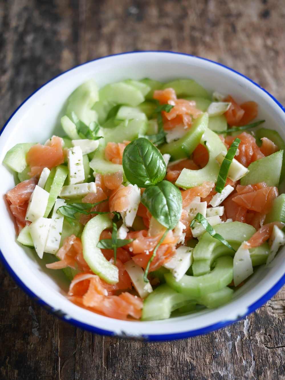 Concombre en salade au saumon fumé et fromage de chèvre