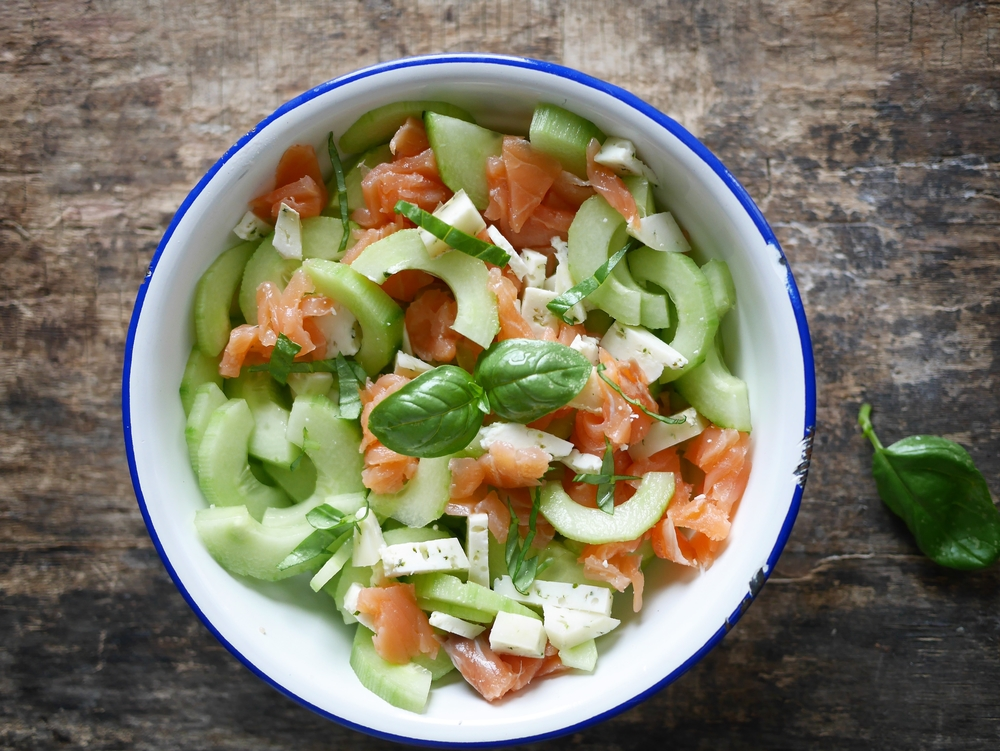 recette de salade de concombre au saumon fum et fromage de ch vre. Black Bedroom Furniture Sets. Home Design Ideas