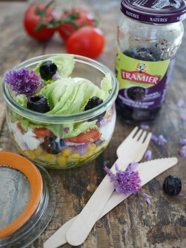 Salade servie en bocal aux olives noires