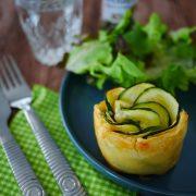 une assiette remplie d'un feuilleté à la courgette en forme de fleur