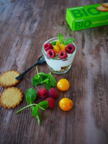une verrine de fruits d'été au fromage blanc et aux biscuits