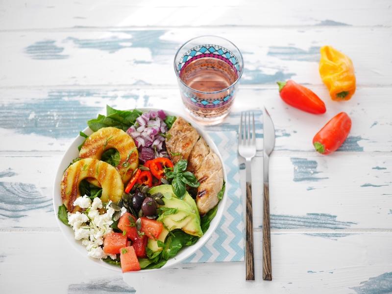 une assiette buddha bowl estivale avec des poivrons