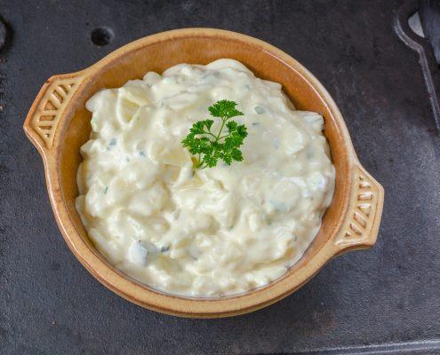 un plat rempli de salade oliver