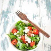 une assiette de salade pastèqe épinard frais