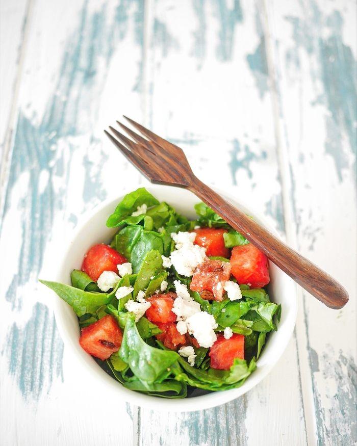 Salade de feuilles d'épinards, pastèque et féta