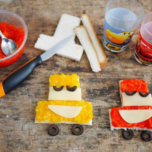 des tartines au poivrons cuits, en forme de voitures du dessin animés cars