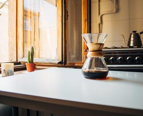 une cafetière chemex posée sur un plan de travail