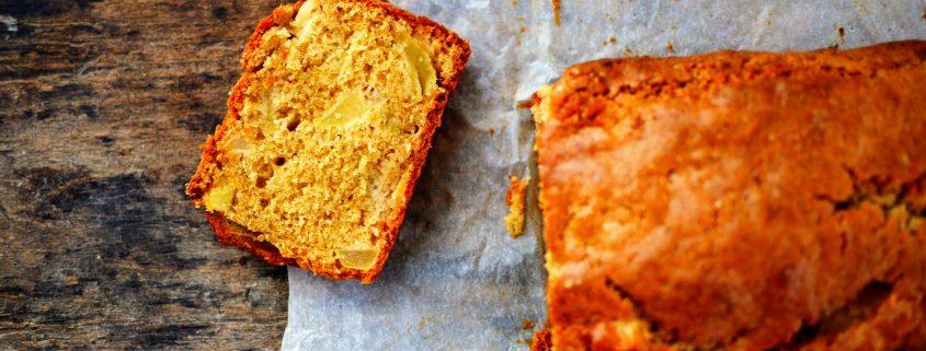un cake pomme cannelle tranché