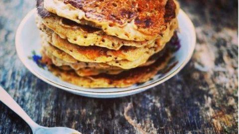 Recette des pancakes au potiron et aux épices (cannelle, gingembre, vanille) entassés dans une assiette et servis avec du bon miel local