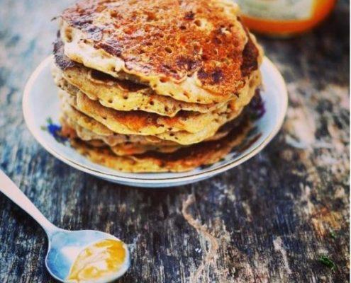 des pancakes au potiron et aux épices (cannelle, gingembre, vanille) entassés dans une assiette et servis avec du bon miel local