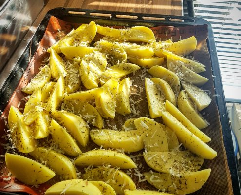 des potatoes fait maison saupoudrées de parmesan et 'herbes de provence