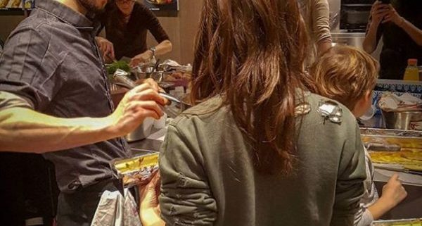 Ruben Sarfaty qui donne un cours de cuisine à l'atelier ferrandi dans la cuisine Samsung