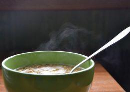 un bol de soupe de vermicelles brûlant