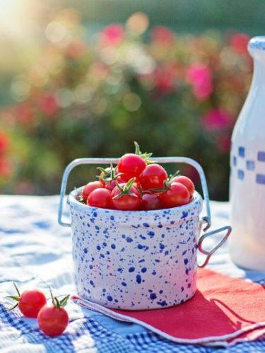 des tomates cerises posées sur une table