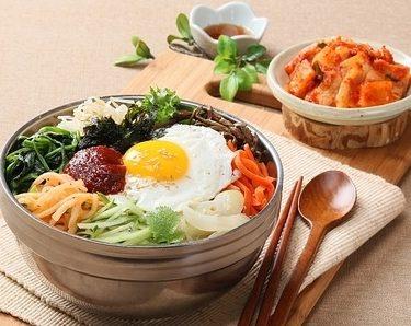 Recette d'un plat coréen servi dans un bol : le bibimbap