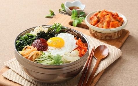 un plat coréen servi dans un bol : le bibimbap