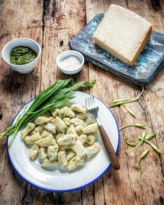 une assiette de gnocchis de pommes de terre avec de l'ail des ours et du parmesan