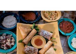 Une table remplis de plats différents pour manger lors de la rupture du jeune du ramadan
