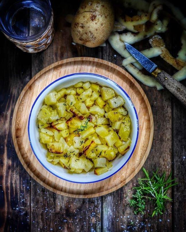 Dès de pommes de terre au romarin, cuits au four