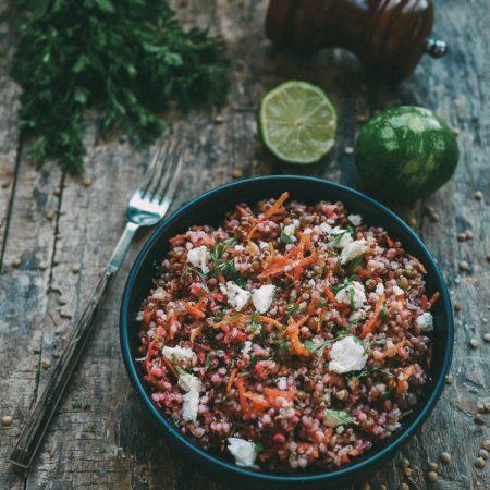 Recette de salade de lentilles et quinoa aux carottes et betteraves râpées, feta et coriandre