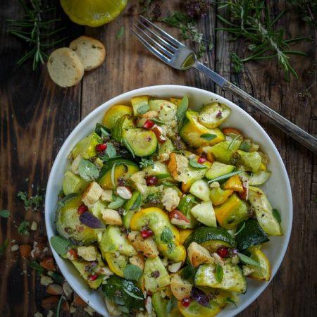 Recette de salade de courgettes rôties, aux herbes du potager