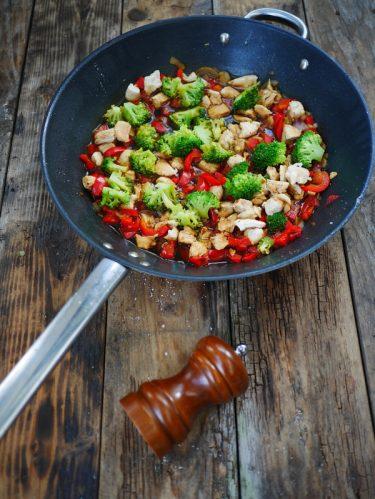 Recette de poulet cuit à la chinoise, brocolis sauce soja et poivrons rouges