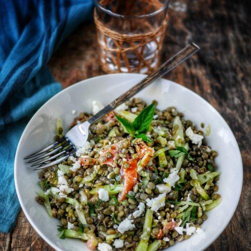 Recette de salade de lentilles, au concombre, saumon fumé et féta