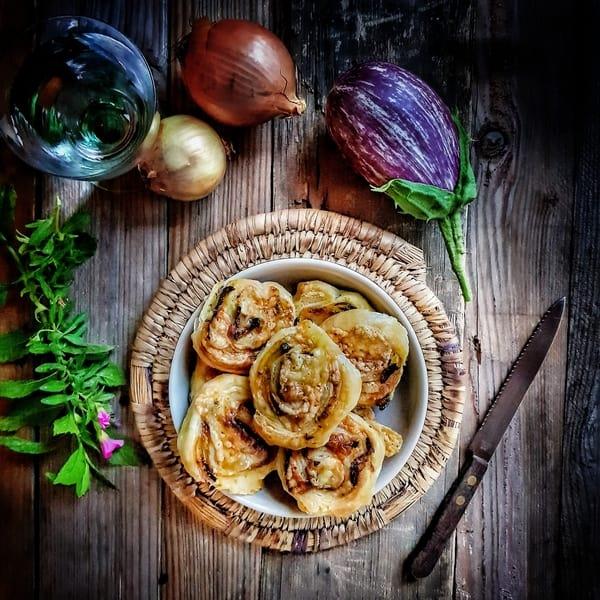 Feuilletés à l'aubergine, oignons confits et au fromage de chevre