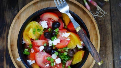 Recette de salade de tomate, féta, olive et oignons frais