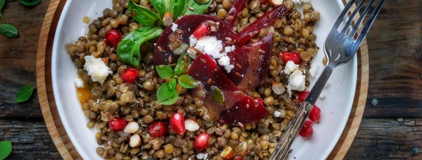 assiette de salade de lentilles aux betteraves et grenade